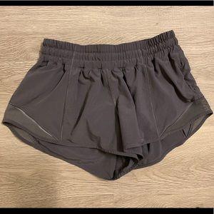 """Lululemon Hotty Hot Short II 2.5"""" Size 4"""